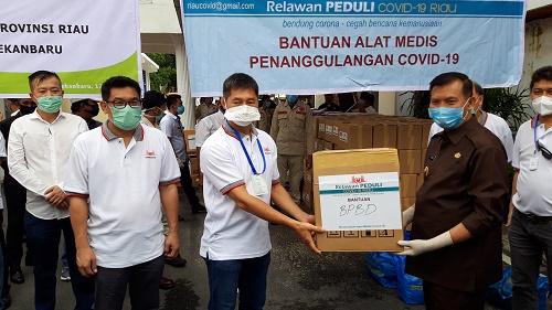 Relawan Peduli Covid-19 Riau Serahkan Sambako dan APD ke Pemko Pekanbaru