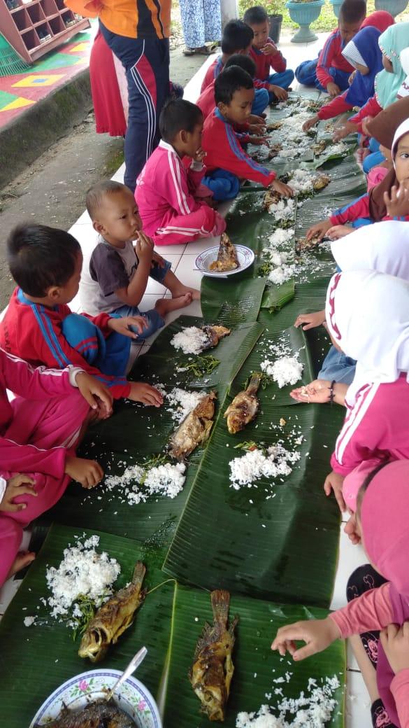 TK Tunas Harapan SKB Salo Edukasi Siswa Gemar Makan Ikan