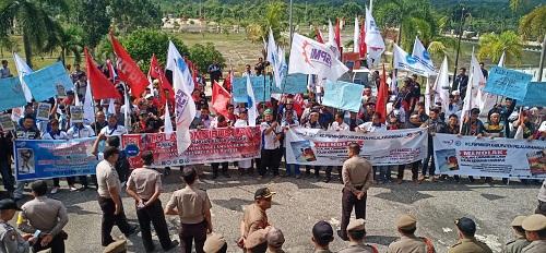 Ratusan Buruh Sampaikan Aspirasi ke Dewan