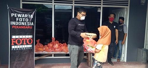 Peduli Covid-19, PFI Bersama Minamas Plantation Bagikan Sembako ke Warga Pekanbaru