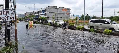 Banjir Rob Genangi Ruas Jalan di Dumai