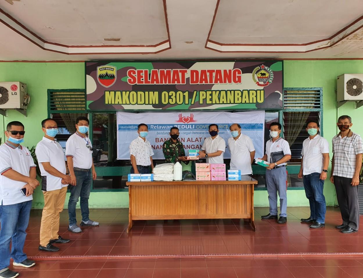 Relawan Peduli Covid-19 Riau Serahkan Alkes ke Dandim 0301 Pekanbaru