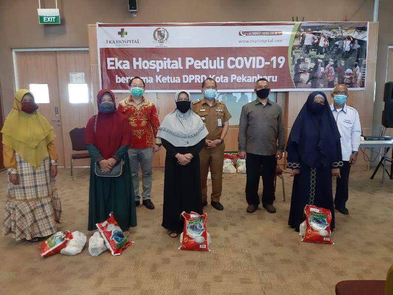 Eka Hospital Bersama Ketua DPRD Pekanbaru Bagikan 400 Paket Sembako