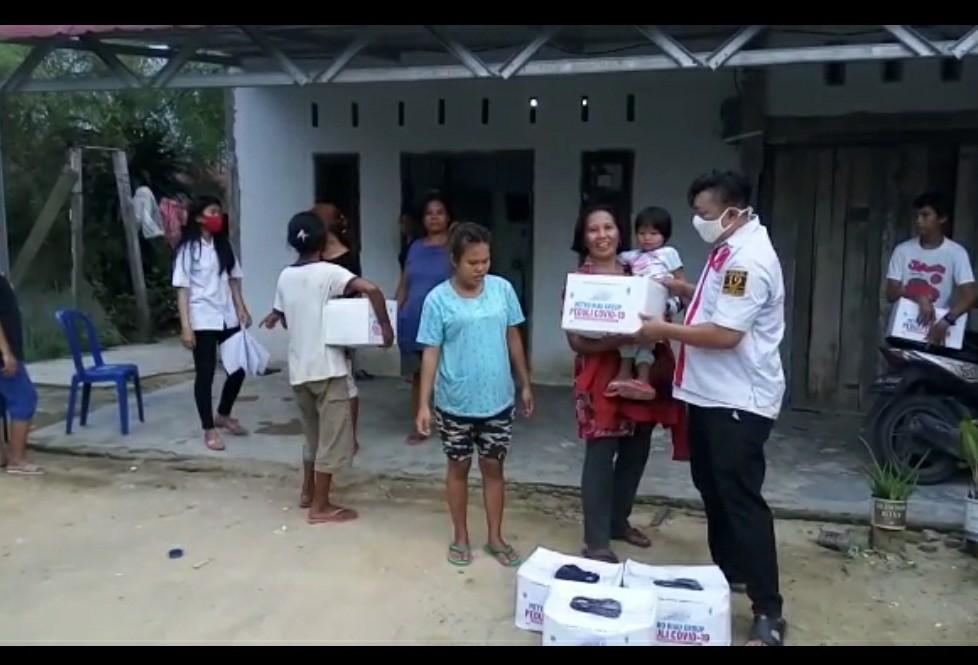 Lewat Program Metro Riau Peduli,  Projo Riau Turun Langsung Serahkan Sembako