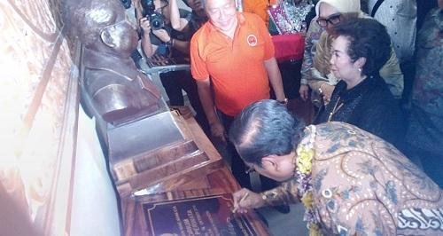 Jaksa Agung dan Gubri Resmikan Gedung Serbaguna-Rumah Duka HBT Pekanbaru